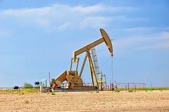 Большой насос Jack вытягивая сырую нефть вверх Стоковая Фотография