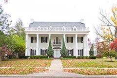 Большой неоклассический дом типа Стоковые Фотографии RF