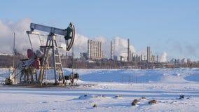 Большой нефтехимический завод с насосом для продукции сырой нефти акции видеоматериалы