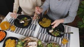 большой обед детей есть пиццу мати отца семьи Пары в любов имея обедающий совместно на таблице Семейная жизнь видеоматериал