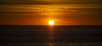Большой оранжевый заход солнца над океаном, Францией стоковое фото rf