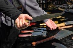 Большой оружейник кузнеца счетчика выбора оружия предохранения от руки гребня рукоятки ручки сабли острого ножа стоковая фотография