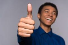 Большой палец руки выставок радостного Афро американский предназначенный для подростков вверх стоковые фото