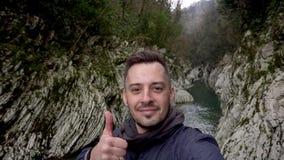 Большой палец руки показа человека вверх на воротах дьявола каньона в Сочи, России видеоматериал