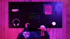 Большой палец руки показа Gamer до камеры стоковое изображение