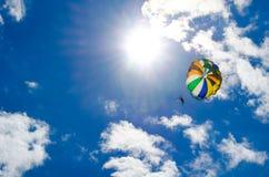 Большой парашют в голубом небе стоковое изображение rf