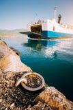 Большой паром с пассажирами и автомобилями приезжает красивый греческий остров каникула территории лета katya krasnodar стоковое фото rf