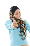 Большой пец руки вверх по мусульманской женщине стоковая фотография rf