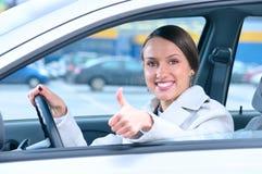 большой пец руки водителя счастливый показывая Стоковые Изображения RF