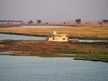Большой плавучий дом кладя на намибийскую сторону банка реки Chobe в национальном парке Chobe, Ботсване, Южной Африке Стоковое Фото