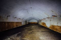 Большой покинутый подземный пустой склад стоковые фото