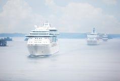 Большой поплавок пассажирских кораблей в линии Стоковая Фотография
