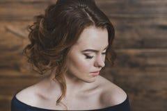 Большой портрет девушки смотря к стороне 5952 Стоковое Изображение