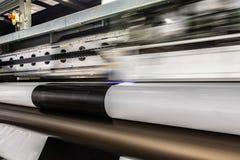 Большой профессиональный принтер, обрабатывая массивнейший винил свертывает стоковое изображение rf