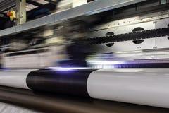 Большой профессиональный принтер, обрабатывая массивнейший винил свертывает стоковая фотография rf