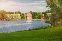 Большой пруд парка Катрина в Pushkin, Tsarskoe Selo, Санкт-Петербурге, павильоне Адмиралитейства Стоковое фото RF