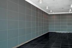 Большой пустой интерьер комнаты с темными серыми стеной, потолком whire и d стоковые изображения rf