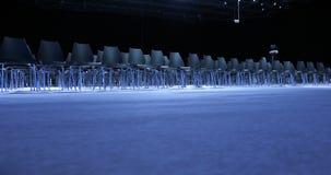 Большой пустой конференц-зал с строками мест для зрителей и аудитории акции видеоматериалы