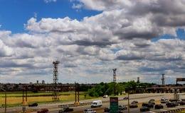 Большой путь управлять автомобилями и оплачивать пошлиной на платной дороге в u S Взгляд высоты стоковые фотографии rf