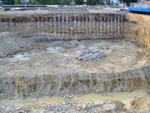 Большой рев конструкции с лужицей на месте работ строительства дорог в городе стоковые изображения rf