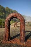 Большой ржавый крюк металла в бетонной плите на пляже Стоковое Изображение RF