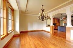 Большой роскошный интерьер столовой с кухней и сводом. Стоковые Изображения