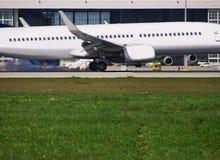 Большой самолет в подходе к посадки с ангаром стоковые фотографии rf