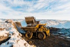 Большой самосвал карьера Нагружать утес в dumper Уголь загрузки в тележку тела Минералы продукции полезные минирование Стоковое Фото