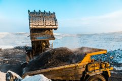 Большой самосвал карьера Нагружать утес в dumper Уголь загрузки в тележку тела Минералы продукции полезные минирование Стоковые Изображения