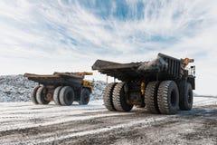 Большой самосвал карьера Нагружать утес в dumper Уголь загрузки в тележку тела Минералы продукции полезные минирование Стоковые Изображения RF