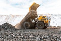 Большой самосвал карьера Нагружать утес в dumper Уголь загрузки в тележку тела Минералы продукции полезные минирование Стоковые Фото