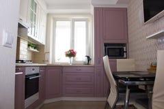 Большой свет - розовая кухня Интерьер розовой кухни Деревянная кухня стоковые фото