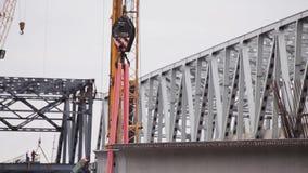 Большой серый конкретный луч быть осторожным подниман подъемником на территории конструкции видеоматериал