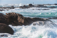 большой сломанный около волн камня seashore Стоковое фото RF