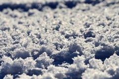 Большой снег шелушится рефрагируя солнечный свет стоковые изображения rf