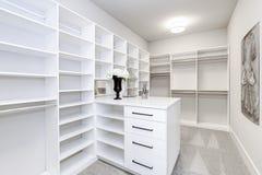Большой современный белый шкаф в роскошном доме стоковое изображение