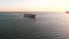 Большой современный контейнеровоз приезжает на порт разгрузки - верхн
