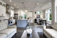 Большой современный роскошный интерьер живущей комнаты в доме Bellevue стоковая фотография