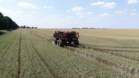Большой современный самоходный спрейер управляет на следах пшеничного поля акции видеоматериалы