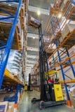 Большой современный склад LADA-IMAGE с грузоподъемниками для частей корабля хранения запасных стоковое изображение rf