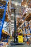 Большой современный склад LADA-IMAGE с грузоподъемниками для частей корабля хранения запасных стоковое изображение
