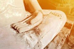 Большой солнечный свет ith раздумья статуи Будды белого цемента на Wat Yai Chaimongkol Chaimongkhon, Phra Nakhon Si Ayutthaya, Та стоковое фото rf