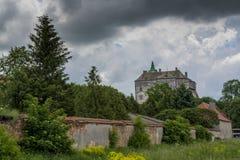 Большой старый старый замок на холме не далеко от города Львова Стоковые Фотографии RF