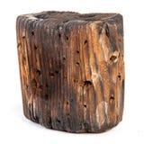 Большой старый темный куб отрезан вне от старой древесины Изолировано на белизне Стоковые Изображения