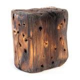 Большой старый темный куб отрезан вне от старой древесины Изолировано на белизне Стоковое фото RF
