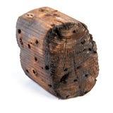 Большой старый темный куб отрезан вне от старой древесины Изолировано на белизне Стоковое Изображение