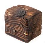 Большой старый темный куб отрезан вне от старой древесины Изолировано на белизне Стоковая Фотография