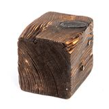 Большой старый темный куб отрезан вне от старой древесины Изолировано на белизне Стоковые Фото