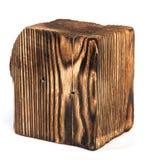 Большой старый темный куб отрезан вне от старой древесины Изолировано на белизне Стоковое Фото