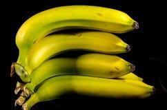 Большой стог свежих желтых и зеленых бананов приносить Стоковые Изображения RF
